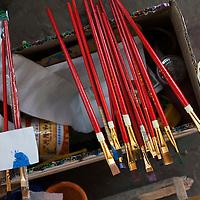 BEIJING, 3.DEZ.2015 : Arbeitsutensilien in Liu Wei's Werkhallen.