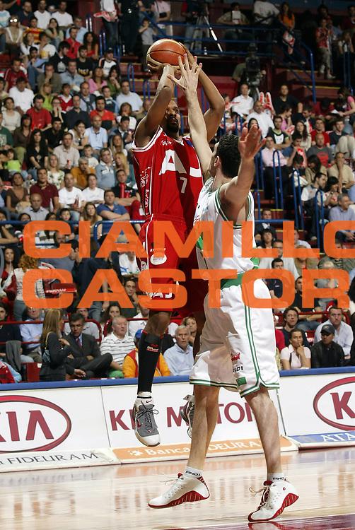 DESCRIZIONE : Milano Lega A1 2005-06 Play Off Quarti Finale Gara 2 Armani Jeans Olimpia Milano Benetton Treviso <br /> GIOCATORE : Shumpert<br /> SQUADRA : Armani Jeans Olimpia Milano <br /> EVENTO : Campionato Lega A1 2005-2006 Play Off Quarti Finale Gara 2 <br /> GARA : Armani Jeans Olimpia Milano Benetton Treviso <br /> DATA : 20/05/2006 <br /> CATEGORIA : Tiro<br /> SPORT : Pallacanestro <br /> AUTORE : Agenzia Ciamillo-Castoria/G.Cottini