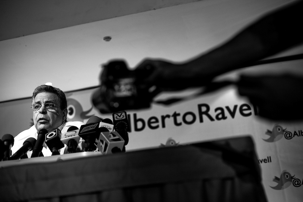 Alberto Federico Ravell, accionista y ex director de Globovisión durante una rueda de prensa realizada en Caracas, Feb. 18, 2010. (ivan gonzalez)