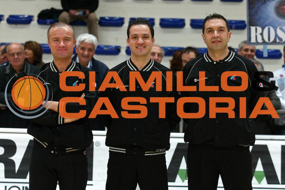 DESCRIZIONE : Milano Lega A1 2005-06 Roseto Basket Armani Jeans Milano <br /> GIOCATORE : Arbitro <br /> SQUADRA : <br /> EVENTO : Campionato Lega A1 2005-2006 <br /> GARA : Roseto Basket Armani Jeans Milano <br /> DATA : 26/02/2006 <br /> CATEGORIA : Ritratto <br /> SPORT : Pallacanestro <br /> AUTORE : Agenzia Ciamillo-Castoria/G.Ciamillo