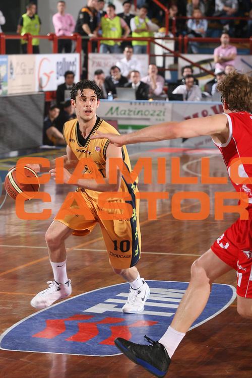 DESCRIZIONE : Porto San Giorgio Lega A1 2007-08 Playoff Quarti di Finale Gara 1 Premiata Montegranaro Armani Jeans Milano <br /> GIOCATORE : Luca Vitali <br /> SQUADRA : Premiata Montegranaro <br /> EVENTO : Campionato Lega A1 2007-2008 <br /> GARA : Premiata Montegranaro Armani Jeans Milano <br /> DATA : 10/05/2008 <br /> CATEGORIA : Palleggio <br /> SPORT : Pallacanestro <br /> AUTORE : Agenzia Ciamillo-Castoria/G.Ciamillo