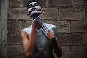 Un joven pinta su cuerpo y rostro con aceite vegetal y pigmento plateado en polvo para salir a bailar a las calles de San Nicol&aacute;s de los Ranchos durante el carnaval.<br /> <br /> Los &quot;Pintados&quot; tambi&eacute;n llamados &ldquo;Xinacates&rdquo;, salen a bailar en las calles de San Nicol&aacute;s de los Ranchos, en las faldas del volc&aacute;n Popocat&eacute;petl en M&eacute;xico, pintados del cuerpo con aceite vegetal y pigmentos y usando m&aacute;scaras, l&aacute;tigos o grilletes, para as&iacute; rendir culto a los volcanes y tener abundantes cosechas. Los Pintados, ocultos tras la m&aacute;scara, asustan a las personas con pintar su cuerpo o ropa si no reciben a cambio dulces, refrescos, cerveza o dinero.