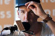 Portrait de Jason Bajada en direct lors de l'émission radiophonique Francophonie Express  à  Bar Alice de l'hôtel Omni / Montreal / Canada / 2016-08-02, Photo © Marc Gibert / adecom.ca