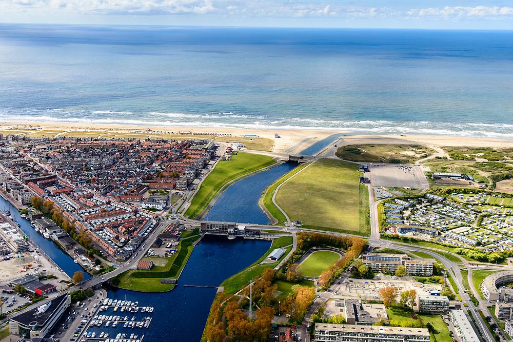 Nederland, Zuid-Holland, Katwijk, 28-04-2017; Uitwateringskanaal met spuisluizen, monding van de Oude Rijn. <br /> Drainage channel w sluices, mouth of river Old Rhine.<br /> <br /> luchtfoto (toeslag op standard tarieven);<br /> aerial photo (additional fee required);<br /> copyright foto/photo Siebe Swart