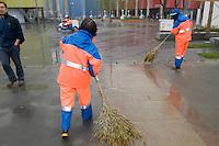 Cleaners at Shanghai Expo use leaves brooms.<br /> <br /> Les armées de balayeurs du site de Shanghai Expo dont certains utilisent encore des balais de feuilles.