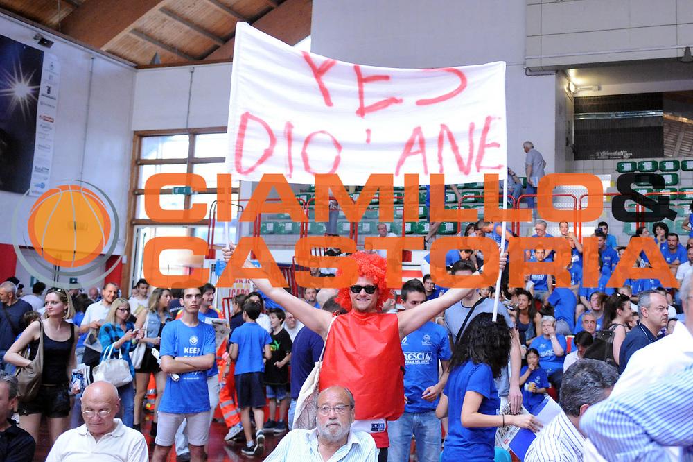 DESCRIZIONE : Brescia LegaDue 2012-13 Playoff Finale Gara3 Pistoia Centrale del Latte Brescia Giorgio Tesi Group Pistoia<br /> GIOCATORE : Tifosi<br /> CATEGORIA : Tifosi<br /> SQUADRA : Giorgio Tesi Group Pistoia<br /> EVENTO : Campionato LegaDue  2012-2013<br /> GARA :  Centrale del Latte Brescia Giorgio Tesi Group Pistoia<br /> DATA : 16/06/2013<br /> SPORT : Pallacanestro<br /> AUTORE : Agenzia Ciamillo-Castoria/Max.Ceretti<br /> Galleria : LegaDue Basket 2012-2013<br /> Fotonotizia : Brescia LegaDue 2012-13 Playoff Finale Gara3 Centrale del Latte Brescia Giorgio Tesi Group Pistoia<br /> Predefinita :