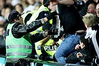 Fotball , <br /> Tippeligaen ,   <br /> 26.10.08 , <br /> Åråsen stadion , <br /> Lillestrøm - Rosenborg , <br /> Var litt supporter uro under kampen , Her er det RBK supportere som får smake politiets pepperspray , <br /> Foto: Thomas Andersen / Digitalsport