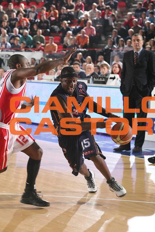 DESCRIZIONE : Varese Lega A1 2006-07 Whirlpool Varese Lottomatica Roma<br /> GIOCATORE : Chatman<br /> SQUADRA : Lottomatica Roma<br /> EVENTO : Campionato Lega A1 2006-2007<br /> GARA : Whirlpool Varese Lottomatica Roma<br /> DATA : 07/01/2007<br /> CATEGORIA : Palleggio<br /> SPORT : Pallacanestro<br /> AUTORE : Agenzia Ciamillo-Castoria/S.Ceretti