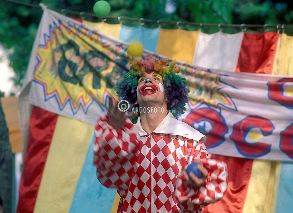 Rio de Janeiro, RJ, Brasil    S/Data.Palhaco fazendo malabares com bolinhas./ Clown playing with balls.Foto Marcos Issa/Argosfoto
