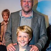 NLD/Amsterdam/20160716 - Groene loper première Meester Kikker, Diederik van Vleuten met zijn zoon Bobby van Vleuten
