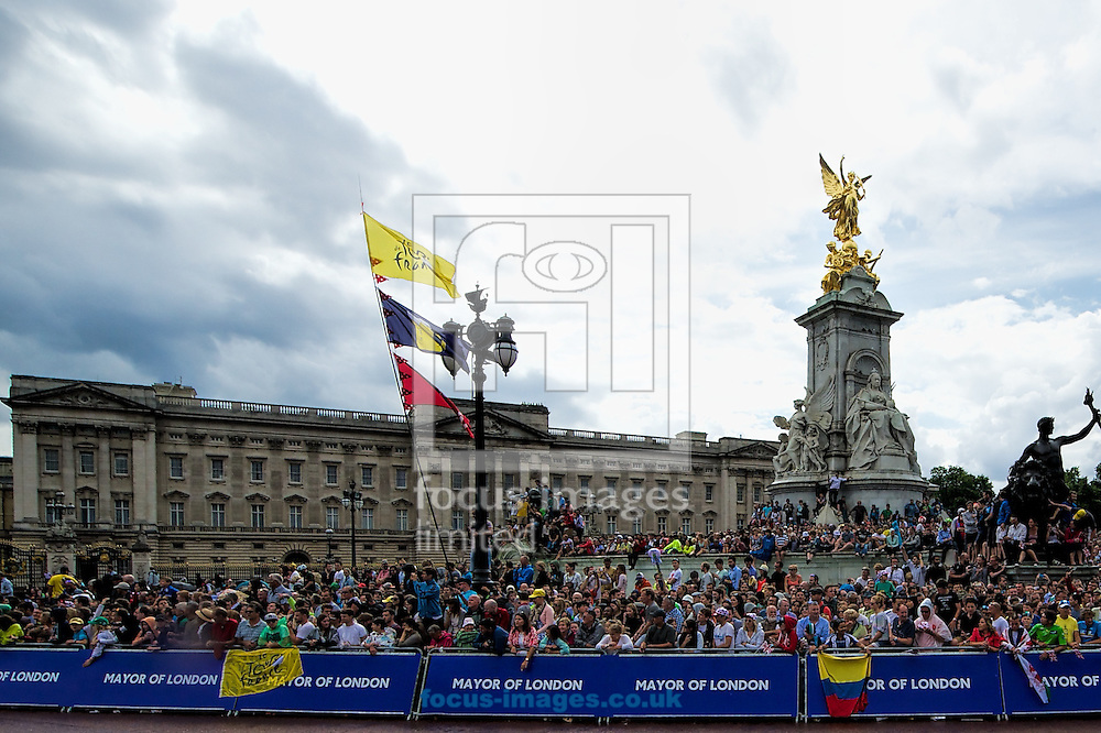 Spectators wait outside Buckingham Palace for the riders to arrive during Stage Three of the Tour de France in London<br /> Picture by Ian Wadkins/Focus Images Ltd +44 7877 568959<br /> 07/07/2014
