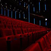 Persconferentie Joop van den Ende ivm samenwerking met de NS.Nederlandse Spoorwegen, zaal beatrixtheater, stoelen, rood, pluche, klapstoel