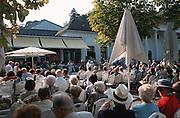 Deutschland, Germany,Baden-Wuerttemberg.Schwarzwald.Baden-Baden, Kurpark, Kurhaus, Kurgäste sitzen auf Stühlen bei Kurkonzert.Black Forest, Baden-Baden, Kurhaus...