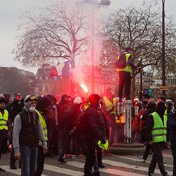 Échauffourées à l'arrivée place de l'étoile d'un cortège de manifestants dans le cadre de l'acte 10 des manifestations de gilets jaunes le 12 janvier 2019 à Paris. Dispositif de sécurisation constitué de forces de police et de gendarmerie (Escadrons de Gendarmerie Mobile, Brigade Anti Criminalité et Compagnies Républicaines de Sécurité).