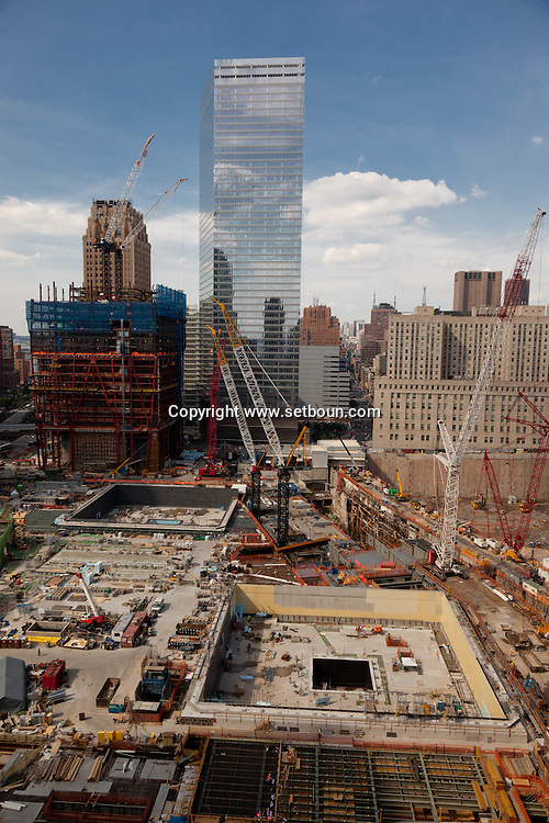 New York , elevated view of world trade center area  under reconstruction ,  the two water bassin replace the misssing twin towers. New York - United states / le quartier du world trade center en reconstruction,