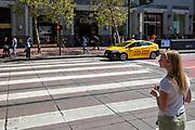 Amerika, San Francisco, 01-09-2018<br /> Een jonge vrouw wacht tot ze over kan steken. De Amerikaanse stad San Francisco aan de westkust is een van de grootste steden in Amerika en kenmerkt zich door de steile heuvels in de stad.<br /> <br /> The US city of San Francisco on the west coast is one of the largest cities in America and is characterized by the steep hills in the city. <br /> Foto: Bas de Meijer / De Beeldunie