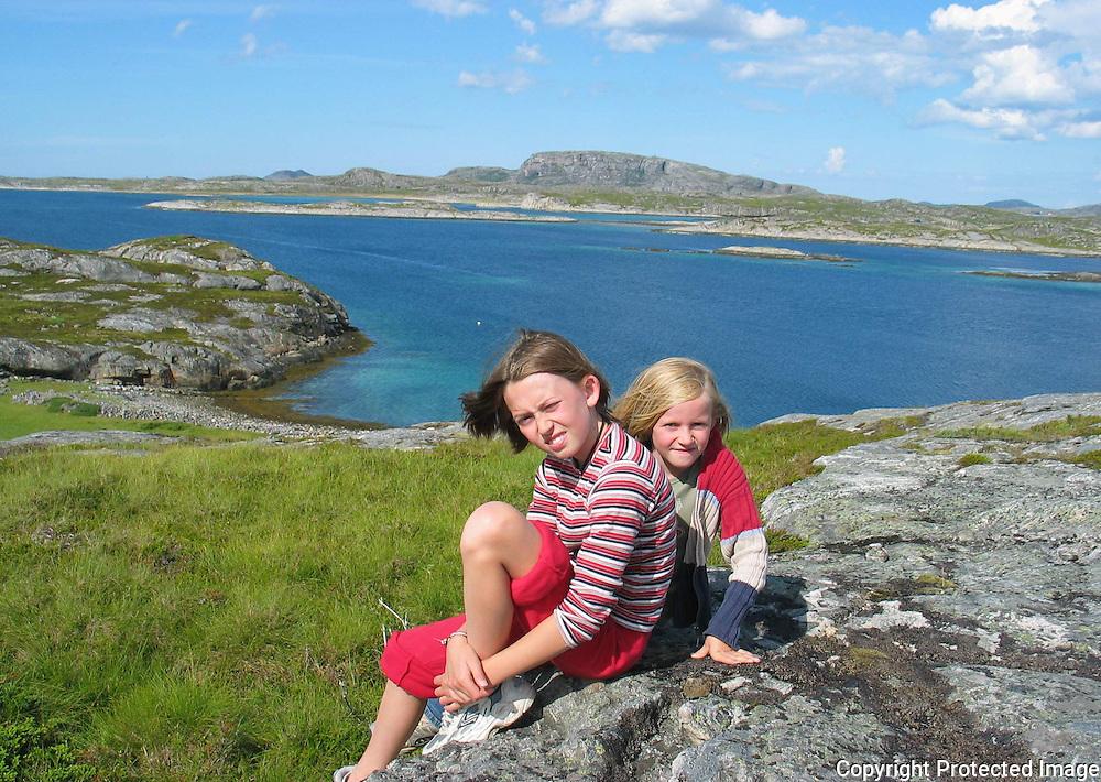Tove og Anja på Geitøya i Flatanger. Halmøya i bakgrunnen