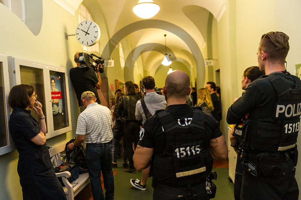 Polizisten bewachen w&auml;hrend der Gerichtsverhandlung zur Rigaer Stra&szlig;e am 13.07.2016 in Berlin, Deutschland den Flur vor dem Gerichtssaal. Der Verein Freunde der Kadterschmiede e.V. klagt gegen die Investment Firma Lafone Investment Limited vor der Zivilkammer 88 des Landgerichts Berlin. Foto: Markus Heine / heineimaging<br /> <br /> ------------------------------<br /> <br /> Ver&ouml;ffentlichung nur mit Fotografennennung, sowie gegen Honorar und Belegexemplar.<br /> <br /> Bankverbindung:<br /> IBAN: DE65660908000004437497<br /> BIC CODE: GENODE61BBB<br /> Badische Beamten Bank Karlsruhe<br /> <br /> USt-IdNr: DE291853306<br /> <br /> Please note:<br /> All rights reserved! Don't publish without copyright!<br /> <br /> Stand: 07.2016<br /> <br /> ------------------------------