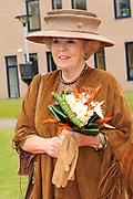 Koningin Beatrix opent het nieuwe scholencomplex van de Waldheim-mavo en Het Baarnsch Lyceum in Baarn. <br />
