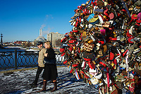 Russie, Moscou, sur le pont Loujkov les jeunes mariés moscovites attachent des cadenas sur les arbres d'amour le jour de leur marriage // Russia, Moscow, love tree on the Loujkov bridge