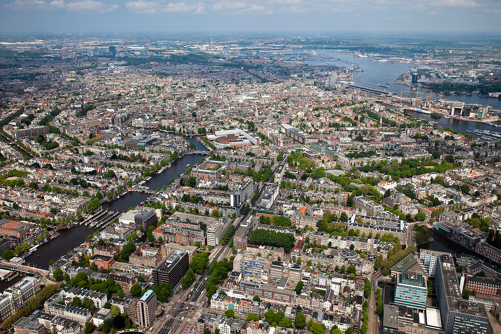 Nederland, Amsterdam, Centrum, 25-05-2010. Overzicht van de binnenstad met links de Amstel, midden diagonaal de Wibautstraat..Overview of the city, the Amstel River (l), the middle diagonal Wibautstraat.luchtfoto (toeslag), aerial photo (additional fee required).foto/photo Siebe Swart