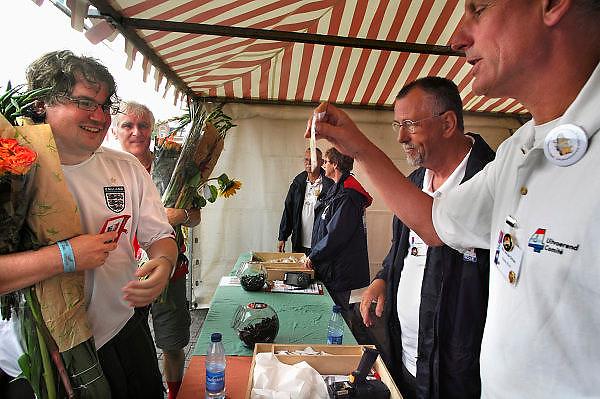 Nederland, Nijmegen, 18-7-2008Vierdaagse, Na een feestelijke intocht op de Via Gladiola volgt de uiteindelijke finish en voor deze twee lopers uit Engeland het ophalen van het kruisje, vierdaagsekruisje, op de Wedren.Foto: Flip Franssen/Hollandse Hoogte