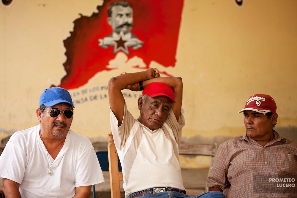 Pescadores se reúnen en la agencia municipal de Álvaro Obregón, Oaxaca. Pescadores y campesinos crearon un consejo comunitario para resolver las gestiones locales desconociendo la autoridad municipal de Juchitán. (FOTO: Prometeo Lucero)