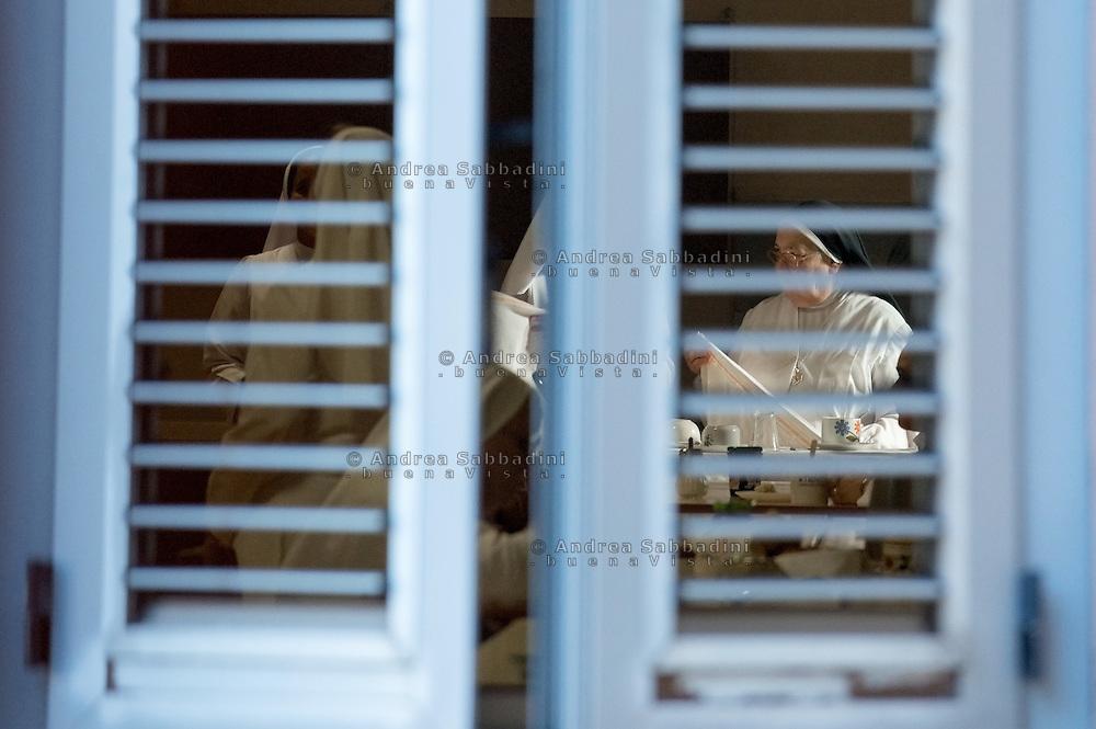 Roma, 31/07/2011: suore del convento di Sant'Anna al tavolo delle colazioni.