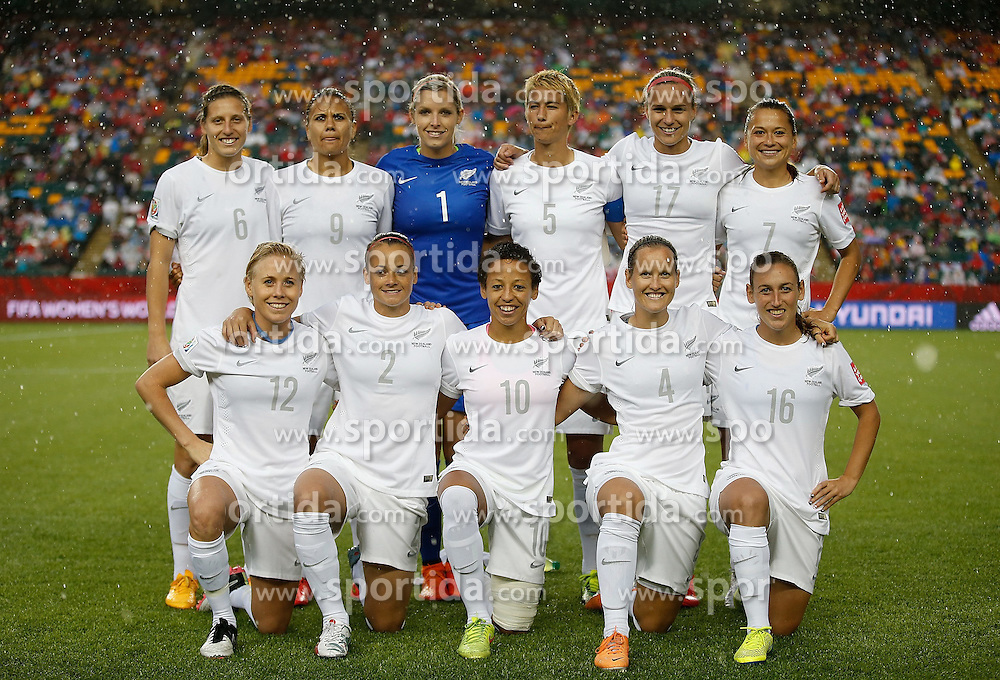 12.06.2015, Commonwealth Stadium, Edmonton, CAN, FIFA WM, Frauen, Kanada vs Neuseeland, Gruppe A, im Bild The lineup players of New Zealand pose for photos // during group A match of FIFA Women's World Cup between Canada and New Zealand at the Commonwealth Stadium in Edmonton, Canada on 2015/06/12. EXPA Pictures &copy; 2015, PhotoCredit: EXPA/ Photoshot/ Wang Lili<br /> <br /> *****ATTENTION - for AUT, SLO, CRO, SRB, BIH, MAZ only*****