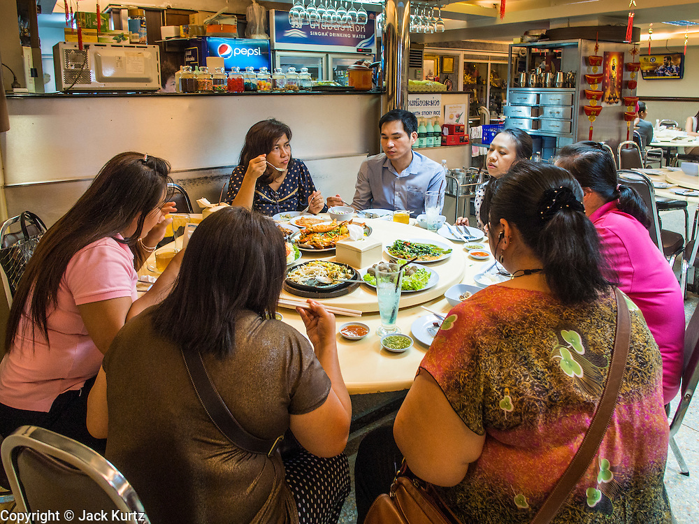 15 JULY 2014 - BANGKOK, THAILAND:   Diners at Sornthong Seafood Restaurant on Rama IV in Bangkok. Sornthong Seafood is a Thai-Chinese style restaurant.    PHOTO BY JACK KURTZ
