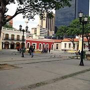PLAZA EN VENEZOLANO<br /> Caracas - Venezuela 2008<br /> Photography by Aaron Sosa<br /> <br /> La Plaza El Venezolano antigua Plaza de San Jacinto es uno de los espacios p&uacute;blicos m&aacute;s antiguos de Caracas. Est&aacute; rodeada por la Casa Natal del Libertador Sim&oacute;n Bol&iacute;var, el Museo Bolivariano y otras edificaciones de la &eacute;poca de la colonia espa&ntilde;ola en Venezuela.<br /> La historia de esta plaza caraque&ntilde;a se inicia 1595 cuando los Dominicos establecen el convento de San Jacinto, desde ese a&ntilde;o exist&iacute;a la plaza como parte del convento. En 1610 los dominicos piden al cabildo y se les otorga los dos solares adicionales al este de la cuadra, en Dr. Paul y el Chorro para mas espacio del convento. Durante todo el s. XVII y XVIII este convento fue casa de letras y formaci&oacute;n humanista dentro de los r&iacute;gidos preceptos de la Iglesia. Se dictaban clases de Gram&aacute;tica, Lat&iacute;n, filosof&iacute;a escolastica y Oratoria. De su templo sal&iacute;a en procesi&oacute;n el Nazareno de San Jacinto, verdadero precursor del Nazareno de San Pablo, que lo sustituy&oacute; posteriormente.