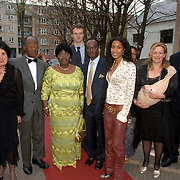 NLD/Amsterdam/20060419 - Kunstveiling Art for Dreams ten bate van Childright, Georgina Kwakye Ameyaw, haar ouders, broer en de ambassadeur