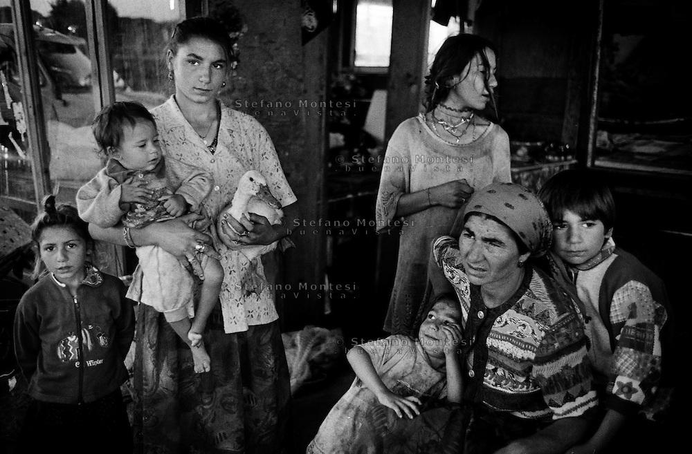 Roma 1999<br /> Famiglia rom bosniaca, al campo rom Casilino 700<br /> Rome 1999<br /> Bosnian Roma families, in Rom's camp Casilino 700