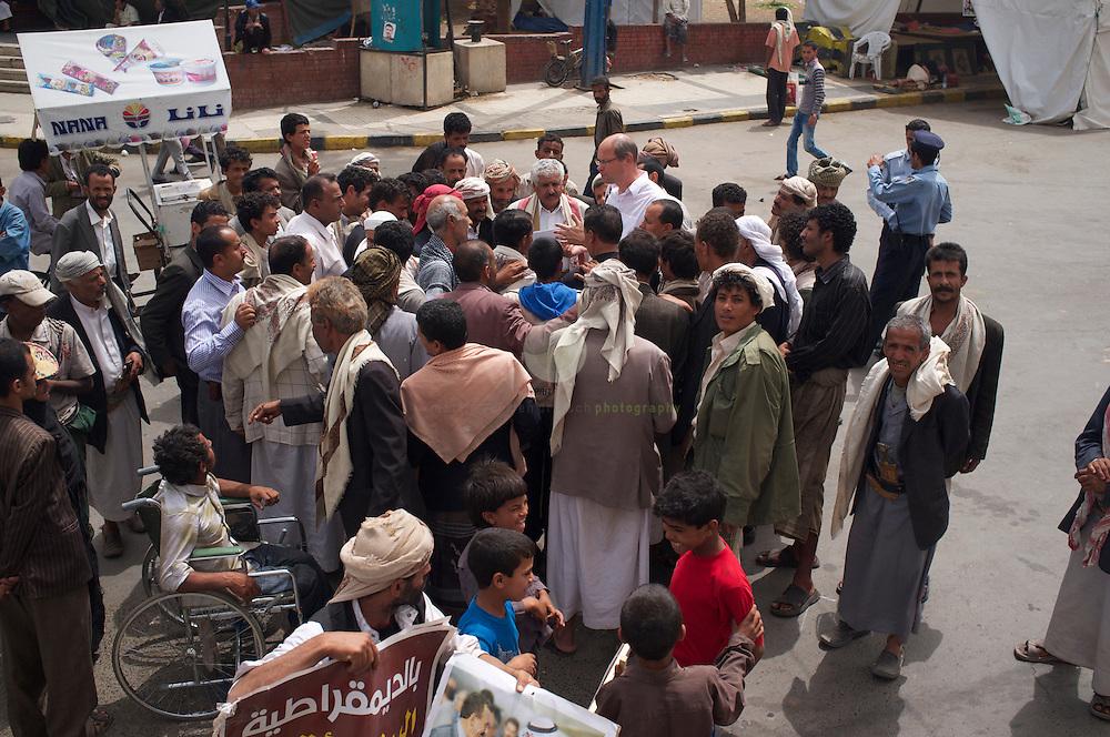 Aufstand in Jemen: ASIEN, JEMEN, SANAA, 21.06.2011: Am Tahrir-Platz, dem Versammlungsort der Regime-Unterstuetzer. SPIEGEL-Korrespondent Alexander Smoltczyk im Gespraech mit Salih-Unterstuetzern.