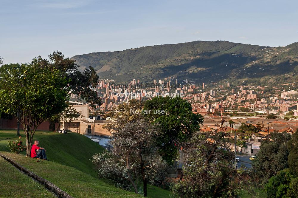 Colombie, Antioquia, Medellin, commune d'Itagui vue depuis jardins Montesacro// Colombia, Antioquia , Medellin, Itagui suburb view from Montesacro garden