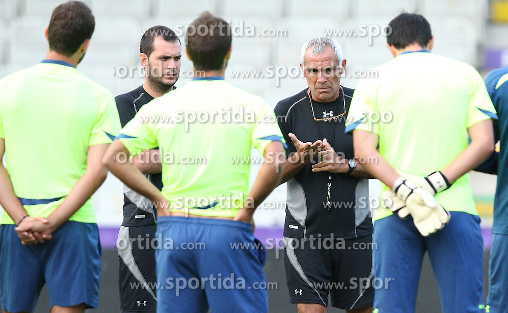 25.08.2010, Horr Stadion, Wien, AUT, UEFA EL, Abschlusstraining Aris Thessaloniki FC, im Bild Hector Cúper, (Aris Thessaloniki FC, Headcoach) bei der Besprechung mit Spielern,  EXPA Pictures © 2010, PhotoCredit: EXPA/ T. Haumer / SPORTIDA PHOTO AGENCY