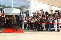 20 SEP 2003, BERLIN/GERMANY:<br /> Gerhard Schroeder, SPD, Bundeskanzler, wartet vor dem Haupteingang auf seine Gaeste T ony B lair, Premierminister Gross Britannien und J acques Chirac, Praesident Frankreich, vor einem Gipfelgespraech, Ehrenhof, Bundeskanzleramt <br /> IMAGE: 20030920-01-011<br /> KEYWORDS: Gerhard Schröder, Gipfel, summit, Eintreffen, wartet, warten, Kamera, Camera, Fotograf, Fotografen, photographer, Gast, Gäste, Journalist, Journalisten, Treffen