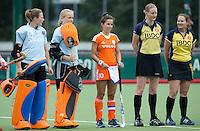 EINDHOVEN - Rense Siersema (m) met scheidsrechter Fanneke Alkemade zaterdag bij de oefenwedstrijd tussen het Nederlands team van Jong Oranje Dames en dat van de Vernigde Staten. Volgende week gaat het WK-21 in Duitsland van start. FOTO KOEN SUYK