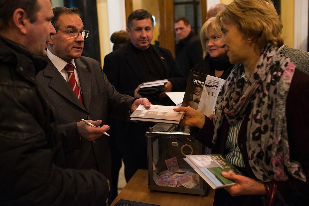 Michel Terestchenko d&eacute;dicace quelques exemplaires de ses livres (sur l'histoire de sa famille), lors d'un gala /vente aux ench&egrave;res organis&eacute;e &agrave; Kiev pour recueillir des fonds pour le d&eacute;veloppement de la ville, le 16 decembre 2015.<br /> <br /> Michel Terestchenko signs copies of his two books at a charity gala to raise money for Hlukhiv on December 16, 2015 in Kyiv, Ukraine.