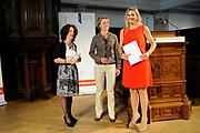 Prinses Maxima ontvangt tijdens haar bezoek aan de Universiteit van Amsterdam het onderzoek naar basisonderwijs en ondernemen. ///// Princess Maxima received during her visit to the University of Amsterdam research on education and entrepreneurship.<br /> <br /> Op de foto / On the photo: <br />  Mirjam van Praag (L) en Laura Rosendahl Huber (M) overhandigen het onderzoek Effecten van onderwijs in ondernemen op de basisschool aan prinses Maxima. //// Mirjam van Praag (L) and Laura Rosendahl Huber (M) hand the effects of research on entrepreneurship education in primary school to Princess Maxima.