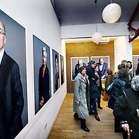 Nederland, Amsterdam , 11 januari 2014.<br /> opening van de expositie van Koos Breukel in de Valeriuskliniek.<br /> Nu de verhuizing van de Valeriuskliniek naar De Nieuwe Valerius een feit is, heeft portretfotograaf Koos Breukel een unieke portretserie van cli&euml;nten en (ex-)medewerkers van de Valeriuskliniek gemaakt. Uit al deze foto's wordt een selectie gemaakt voor een expositie in de Valeriuskliniek in het najaar. Daarnaast krijgt de expositie waarschijnlijk een plek in het museum voor psychiatrie in Haarlem, Het Dolhuys.<br /> De tentoonstelling schenkt aandacht aan zowel het vertrek van GGZ inGeest uit de Valeriuskliniek als ook aan de mens, de psyche en de portretkunst. Met de fotoserie belicht Breukel een belangwekkend stuk Amsterdamse geschiedenis, geeft hij de laatste periode van de rijke historie van de Valeriuskliniek een gezicht en markeert hij het moment van vertrek door middel van het portretteren van de laatste bewoners. Breukel opereert aan de top van de Nederlandse portretfotografie en is onder meer bekend van de staatsieportretten van koning Willem-Alexander en koningin Maxim&aacute;. Breukel heeft zijn sporen ook verdiend met projecten waarin de kracht van zijn portret in humane projecten centraal stonden.Na een wat aarzelende start, was de animo voor het project uiteindelijk overweldigend. Co&ouml;rdinator kunstzaken Joke Stoute vertelt enthousiast: &quot;Aanvankelijk kwamen de mensen&nbsp; die op de foto wilden binnendruppelen , maar al snel liep het storm. We konden de toeloop nog maar net aan. Cli&euml;nten, medewerkers, het was fantastisch om te zien met hoeveel plezier iedereen voor de camera verscheen.&quot; En iedereen die meedeed, heeft een foto van zichzelf meegekregen, met een handtekening van Koos Breukel.&quot;<br /> Foto:Jean-Pierre Jans