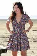 Setbezoek familiefilm  Hotel de Grote L op het strand van IJmuiden.<br /> <br /> Op de foto:   Abbey Hoes