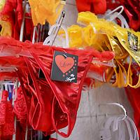 Toluca, México.- Tiendas de ropa interior ofrecen la tradicional ropa interior de color rojo y amarillo, para atraer el amor y el dinero, esto como parte de los rituales que se realizan en el festejo de Año Nuevo.  Agencia MVT / Crisanta Espinosa