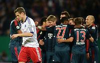 FUSSBALL   DFB POKAL   SAISON 2013/2014   VIERTELFINALE Hamburger SV - FC Bayern Muenchen              12.02.2014 Freud und Leid: Die Bayern bejubeln ihren Treffer zum 0:1. Marcell Jansen (li, Hamburg) wendet sich enttaeuscht ab.