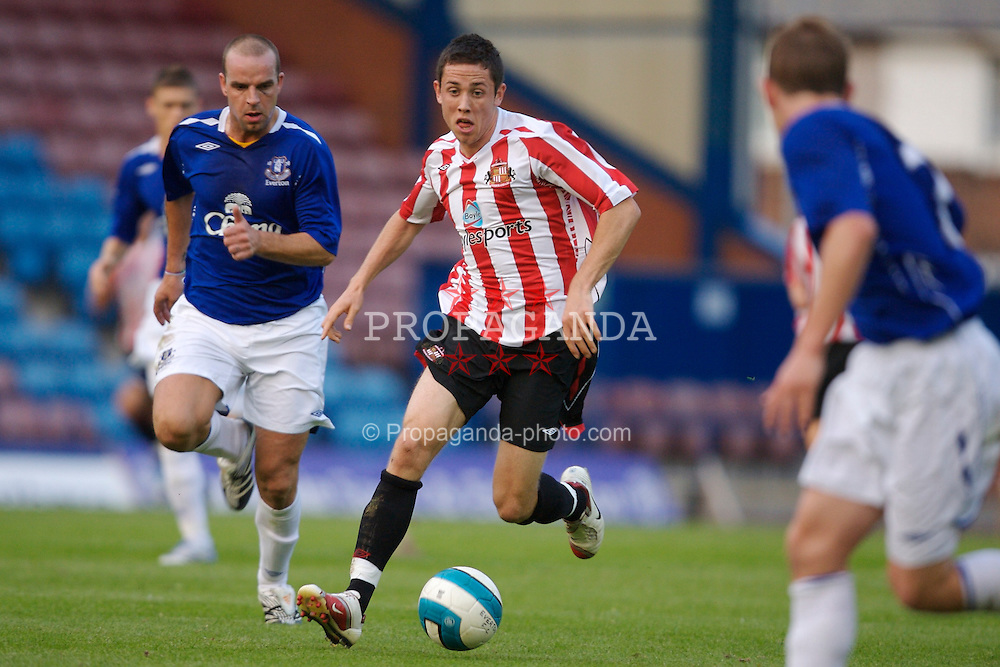 Widnes, England - Tuesday, September 4, 2007: Sunderland's Billy Dennehy and Everton's Andy van der Meyde during the Premier League Reserve match at the Halton Stadium. (Photo by David Rawcliffe/Propaganda)