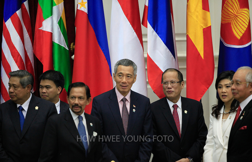 epa03478027 (L-R) Indonesia's President Susilo BambangYudhoyono, an unidentified official, Brunei's Sultan Hassanal Bolkiah, Singapore's Prime Minister Lee Hsien Loong, Philippines President Benigno Aquino III, Thailand's Prime Minister Yingluck Shinawatra, and Malaysia's Prime Minister Najib Abdul Razak wait for China's Premier Wen Jiabao to join a group photo at the 15th ASEAN-China Summit in Phnom Penh, Cambodia, 19 November 2012. Cambodia host the 21st Association of South East Asian Nations (ASEAN) summit from 15-20 November 2012.  EPA/HOW HWEE YOUNG