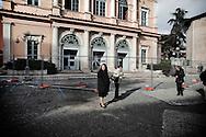 L'AQUILA. PASSANTI FERMI A GUARDARE LE I DANNI PROVOCATI DAL TERREMOTO NELLE STRADE DEL CENTRO STORICO DE L'AQUILA