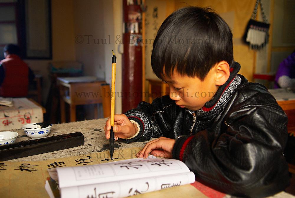 Chine. Province du Yunnan. Ville de Lijiang. Patrimoine mondial de l'UNESCO. Ecoliers. // China. Yunnan province. City of Lijiang. UNESCO World Heritage. School boy.