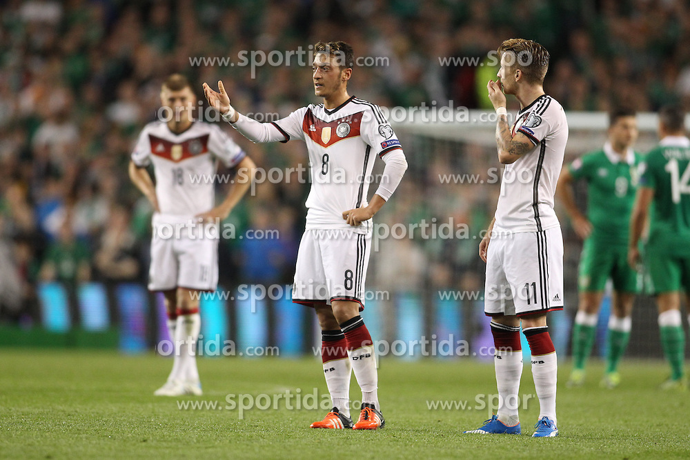 08.10.2015, Avia Stadium, Dublin, IRL, UEFA Euro Qualifikation, Irland vs Deutschland, Gruppe D, im Bild Mesut Oezil (Arsenal FC #8) und Marco Reus (Borussia Dortmund #11) enttaeuscht // during the UEFA EURO 2016 qualifier group D match between Ireland and Germany at the Avia Stadium in Dublin, Ireland on 2015/10/08. EXPA Pictures &copy; 2015, PhotoCredit: EXPA/ Eibner-Pressefoto/ Risto Bozovic<br /> <br /> *****ATTENTION - OUT of GER*****