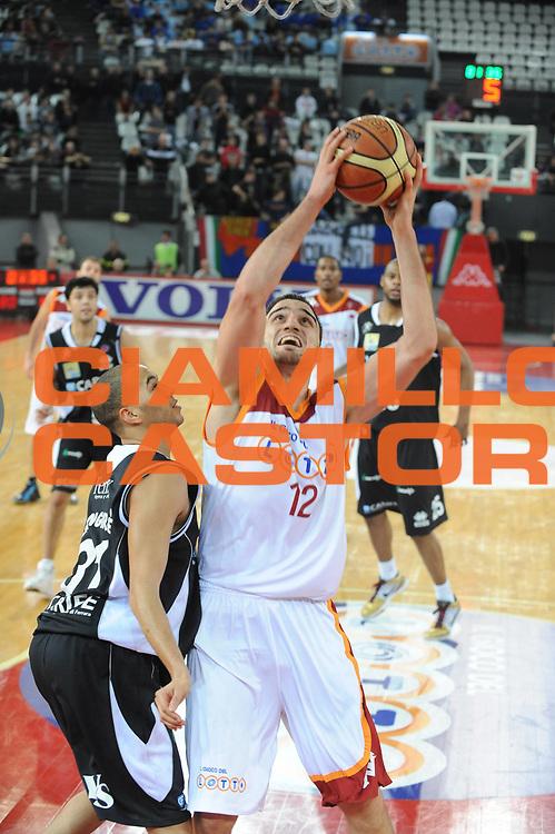 DESCRIZIONE : Roma Lega A 2009-10 Lottomatica Virtus Roma Carife Ferrara<br /> GIOCATORE : Tadija Dragicevic<br /> SQUADRA : Lottomatica Virtus Roma<br /> EVENTO : Campionato Lega A 2009-2010 <br /> GARA : Lottomatica Virtus Roma Carife Ferrara<br /> DATA : 28/02/2010<br /> CATEGORIA : tiro<br /> SPORT : Pallacanestro <br /> AUTORE : Agenzia Ciamillo-Castoria/GiulioCiamillo<br /> Galleria : Lega Basket A 2009-2010 <br /> Fotonotizia : Roma Campionato Italiano Lega A 2009-2010 Lottomatica Virtus Roma Carife Ferrara<br /> Predefinita :